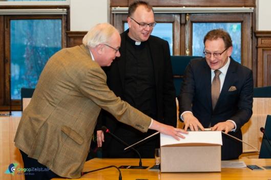 De eerste 30 cenitimer van 42 meter parochiearchief van de St. Josephkerk overgedragen aan het gemeentearchief Zeist, 1 februari 2015