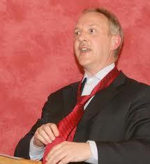 Drs. Lieuwe Zoodsma, directeur van het Noord-Hollands Archief knoopt een Haarlem-stropdas