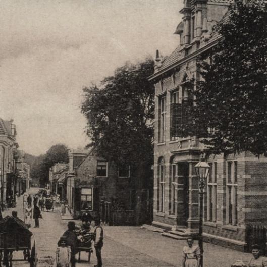 Het vm.Nutsgebouw van het deprtement Alphen en Oudshoorn is in 1894 opgericht. Het fraaie gebouw in neo-renaissance is ontworpen door H.J.Jesse, met uitbtreidingen in 1906 en 1926
