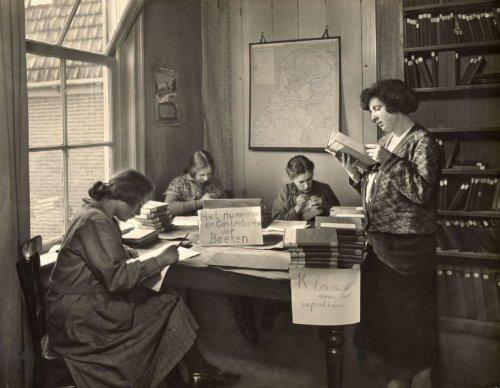 Bibliotheekdames aan het werk in de Centrale Vereniging voor Reizende Bibliotheken in Broek in Waterland