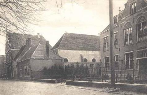 Links de gebouwen van het Nut met bibliotheek in 1935, in 1948 overgegaan naar de nieuw opgerichte openbare bibliotheek.