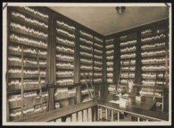 1930: heropening nutsbibliotheek in Koog aan den Zaan. Bibliothecaris A.Bos temidden van zijn boekenschat. (artikel in de Zaanlander van 19-9-1930)
