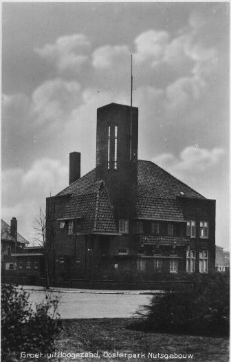 Nutsgebouw in Hoogezand. De bibliotheek is in 1854 gesticht. Op 1 juli 1961 werd deze voor het symbolische bedrag van ƒ 1,- in eigendom overgedragen aan de gemeente Hoogezand-Sappemeer. De nutsbibliotheek was samen met de Nutsspaarbank en het centrale bureau van de Vereniging tot Plaatselijk Nut gehuisvest in het Nutsgebouw, een pand uit 1931 in het Oosterpark. Thans zijn hier appartementen in gevestigd.