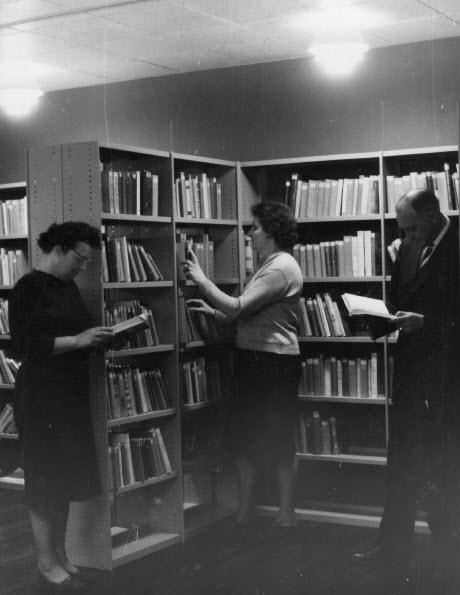 Nutsbibliotheek Gieten 4 maart 1963 V.l.n.r.: Froukje Meertens, Annie Meerten en 'meester' Wim de Boer als bibliotheekmedewerker (foto K.Meertens)