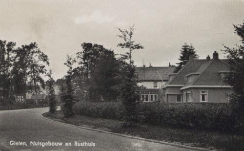 Gieten. Gebouw uit 1931 waarin de spaarbank en de in 1870 opgerichte nutsbibliotheek onderdak hadden.