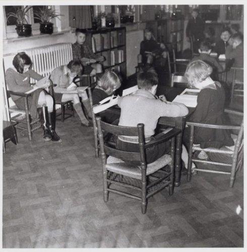 Kinderen lezend in nutsbibliotheek Wijdesteeg