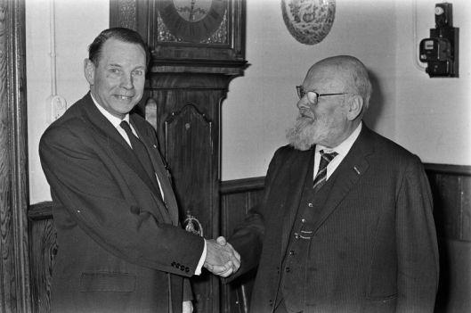 Tijdens de jaarvergadering van de Maatschappij tot Nut van 't Algemeen op 24 november 1964 in Amsterdam heeft de 84-jarige voorzitter van de 'Nederlandse Vereniging voor Reizende Bibliotheken', die sinds 1907 in het bestuur zat, mr. Gert Jan Salm (rechts op de foto), de voorzittershamer overgedragen aan zijn opvolger dr. P.H. Schröder (Neerlandicus uit Haarlem) (foto Ruud Hoff,ANP, Geheugen van Nederland, Kon. Bibliotheek),
