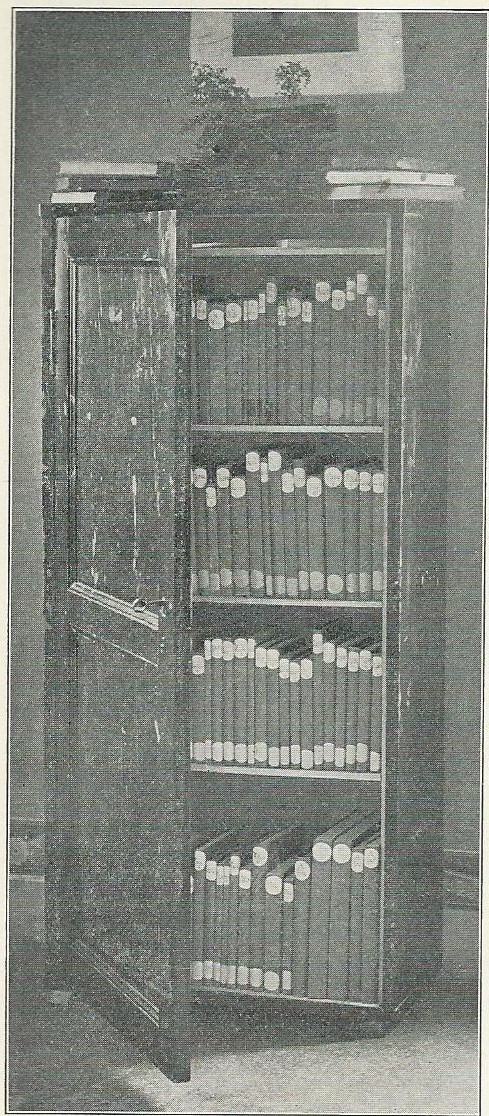 Foto uit 1909 van een modelkastje van de 'Reizende Bibliotheken'van de Mij tot Nut van 't Algemeen