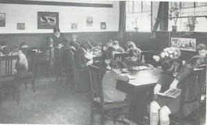Leeszaal van het Nut in school aan De sparrenweg Amsterdam