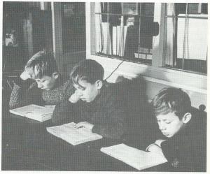 Lezen in de nutsbibliotheek van de Wijde Steeg, circa 1930