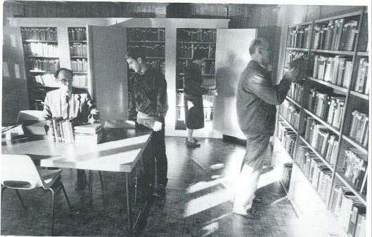 De hoofdbibliotheek van het Nut in Wildervanck, zich bevindend in de ruimte achter Nutsgebouw. Achter de tafel de voorzitter van de bibliotheekcommissie, de heer H.J.Jager, sinds 1951 werkzaam bij de uitlening. Bij de kast staat mevrouw R.Löhr-Westers; vanaf 1982 is zij lid van de bibliotheekcommissie. Samen met de heer Jager verzorgt zij de uitleen.