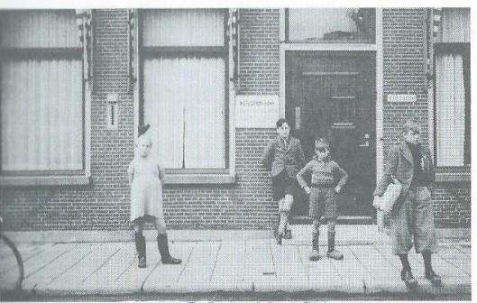 Op de eerste verdieping van de Nutsspaarbank werden op zaterdagmiddag bibliotheekboeken aan jeugdige lezers uitgereikt. Op deze foto staan van links naar rechts: 'Toto ' van der Sluis, Henk de Vos, Aukte Coehoorn en Jacob Coehoorn (Uit: '175 jaar Nut departement Gorredijk 1815-1900'; door H.de Jong, pagina 37.