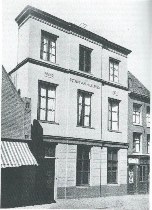 In 1871 is een bestaand woonhuis van E.van de Stadt Cz., gekocht en verbouwd tot Nitsgebouw. Het stonad naast de Oostziderkerk (Noorderkerkstraat). Het gebouw bleef tot 1903 in gebruik en gaf behalve aan de spaarbank en bewaarschool onderdak aan de bibliotheek. In 1973 is het gebouw gesloopt.