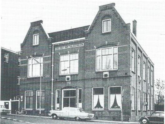 Nog een foto van het laatste Zaandamse Nutsgebouw, in 1903 geplaatst aan de Czaar Peterstraat, hoek Krimp. Foto uit omstreels 1960 uit het boek banm P.N.Helsloot: 'Twee eeuwn Zaanse Nutsdepartementen'.
