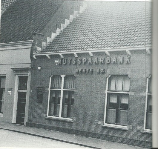 De voormalige Nutsspaarbank van Enkhuizen waarin de openbare nutsbibliotheek was gehuisvest.