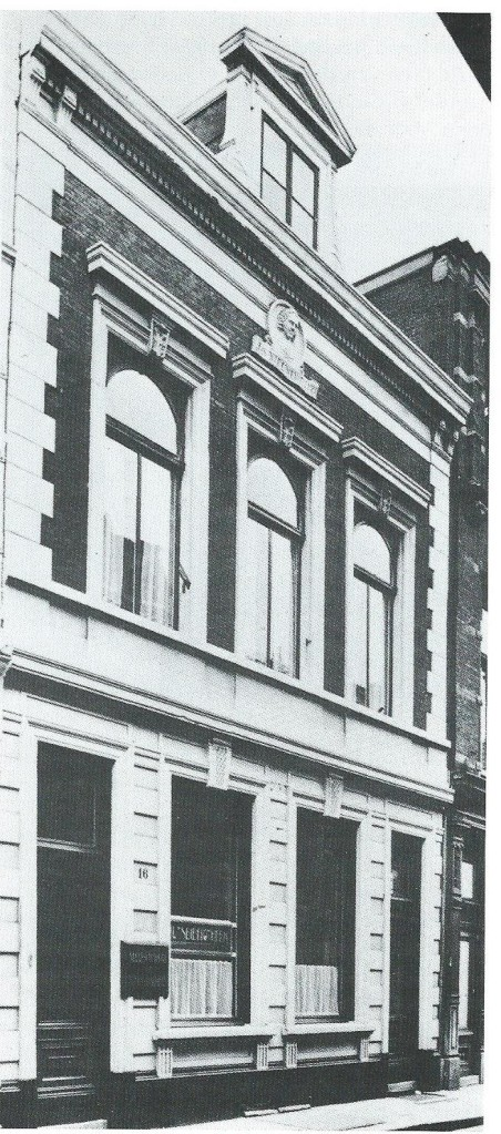 Nutsgebouw aan de Lange Veerstraat in Haarlem waar tussen 1920 en 1975 de nutsbibliotheek was gevestigd. In de gevel de kop van Jan Nieuwenhuyen