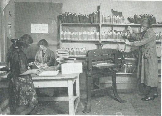 Men is hard aan het werk om boeken klaar re maken voor verzending in kisten naar bibliotheken overal in het land.