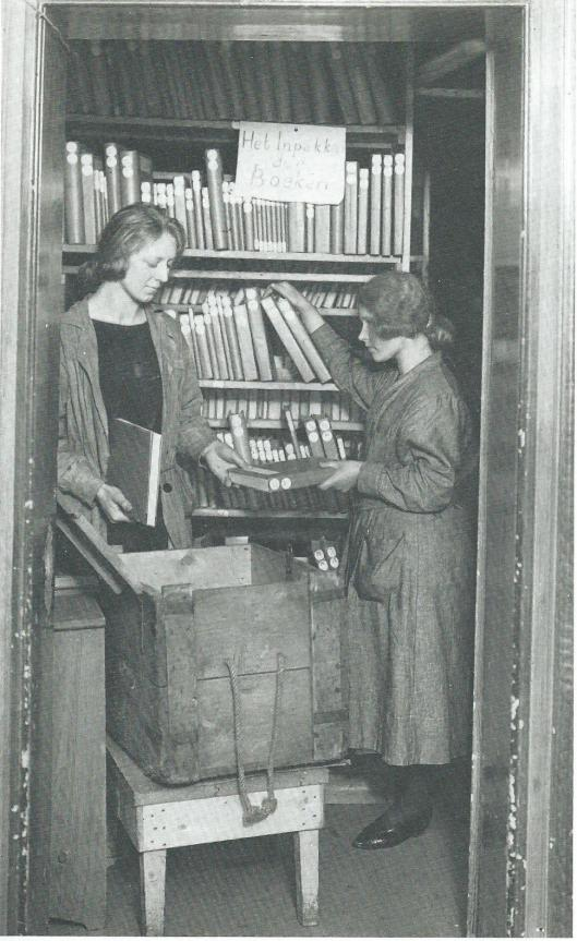 De Centrale Vereeniging voor Reizende Bibliotheken was in de jaren dertig gevestigd in een huis in Broek in Waterland. Een pand in Amsterdam was te duur. Hier zijn 2 dames boeken in kisten aan het inpakken, die over het hele land werden verspreid.