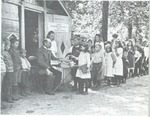 In de zomermanden van 1917 opende de Nutsbibliotheek voor jongens en meisjes in Amsterdam het eerste parkbibliotheekje. Van het bestuur van het Vondelpark was roestemming verkregen