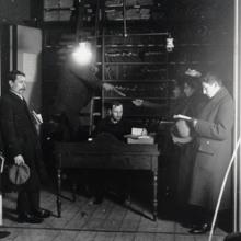Leeszaal met nutsbiblioi\theek, circa 1925 (Archief Midden-Holland)