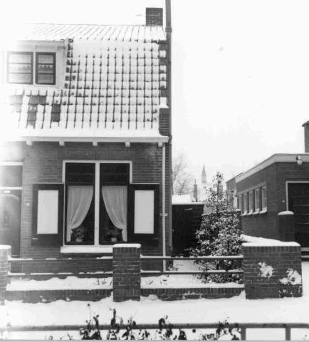 Rechts het Hervormd Verenigingsgebouw aan de Molenlaan in Zierikzee, waar sinds 1934 de nutsbibliotheek was gevestigd.