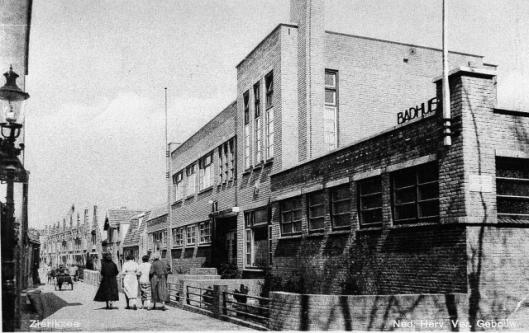 Verenigingsgebow/badhuis, in 1933 gebouwd naar een ontwerp ban architect Arie de Waard. In het linkerdeel was de nutsbibliotheek van Zierikzee gehuisvest, op 23 november 1934 geopend (Europeana).
