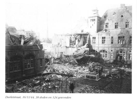 Op Antwerpen, van belang als aanvoerhaven, zijn honderden V-1's en V-2's afgevuurd. Op 16 november 1944 kwam een vliegende bom neer in de Durletstraat, waarbij 38 doden en 124 gewonden vielen.