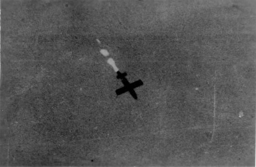 Een vliegende bom in 1944 boven Lier gefotografeerd, met als doel de haven van Antwerpen (c. Jan B.H.A.Vervloedt)