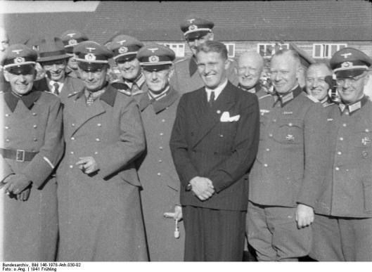 De militaire nazi-raketspecialisten, zoals dr. Walter Dornberger, generaal Friedrich Olbricht, generaal Emil Leeb en majoor Heinz Brandt poseren met uitvinder en raketconstructeur Wernher von Braun, op 21 maart 1941 in Peenemüde (foto Bundesarchiv)