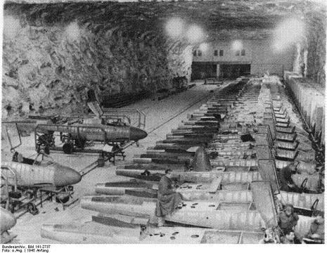 Het 20 kilometer lange gangenstelsel is gedeeltelijk te bezoeken. Het hele complex Dora-Mittelbau ligt vol met delen van V-1's en V-2's. Met het oog op souvenirjagers is vrij rondlopen heel beperkt toegestaan.