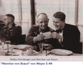 Peenemünde. zomer 1943. Hitler heeft Von Braun (rechts) en de commandant van het raketcentrum, generaalmajoor Walter Dornberger het 'Ritterkreuz' verleend. De V-2 wordt in massaproductie genomen en moet Londen verwoesten. Tijdens een feestmaaltijd bekijkt het verheugde tweetal een gelukwens van de Führer ter gelegenheid van de hoge onderscheiding. Bijna een maand later is Peenemünde doot de RAD gebombardeerd en is de productie in de Harz voortgezet in het beruchte kamp met de fraaie naam Dora. (foto Deutsches Museum)