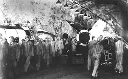 Dwangarbeiders aan het werk bij de rakettenbouw in kamp Dora-Mittelbau