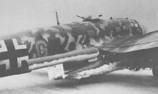 Voorbeeld van een Duitse bommenwerper van het type Heinkel 111 met een vliegende bom onder de rechtervleugel. Deze werd ongeveer 15 tot 10 kilometer voor de Engelse kust richting Londen afgeschoten. De steekvlam van de V-1 was van veraf te zien en trok de aandacht van Britse nachtjagers die menige bommenwerper in zee hebben doen storten.