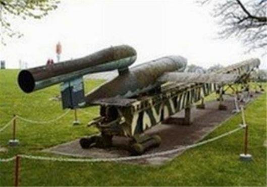In Castricum en Bakkum zijn eind 1944 3 drie lanceerinstallaties gebouwd maar is uiteindelijk geen enkele V-1 afgevuurd. Het strandvondersmuseum in Castricum heeft thansin samenwerking met het Kennemercollege het plan opgevat een replica te maken van een vliegende bom ofwel V-1.