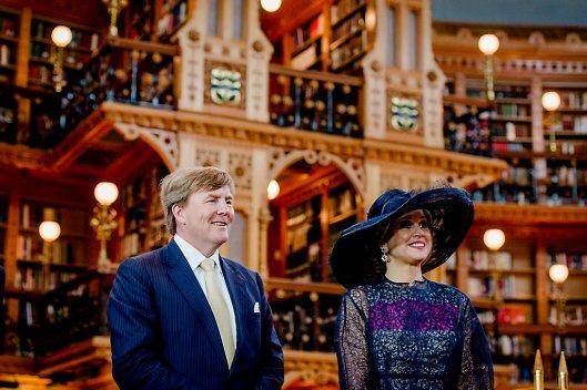 2015-05-27 17:14:03 OTTAWA - Koning Willem-Alexander en koningin Maxima tijdens hun bezoek aan de bibliotheek van het Canadese Parlement. Het koningspaar brengt een driedaags staatsbezoek aan Canada. ANP ROYAL IMAGES ROBIN VAN LONKHUIJSEN