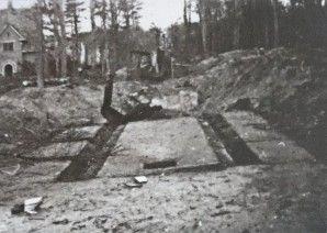 Ravage aan de Bekslaan na het opblazen van de lanceerinrichting. Op de achtergrond villa De Schapenkamp (1940-1945.bloemendaal.nl)