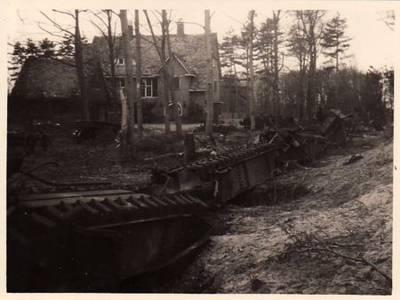 Restanten van de door de Duitsers vernietigde V-1 lanceerbaan in Vogelenzang met de Schapenkamp op de achtergrond.