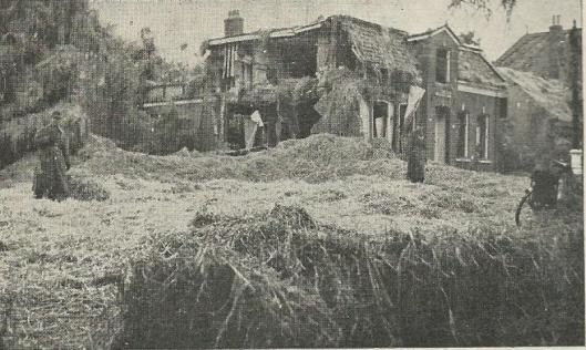 Het huis 'de Mariahof' na de ontploffing van de V-1 'De 'Wacht am Rhein' bewaakt zijn beschavingswerk (B.J.van Houten)