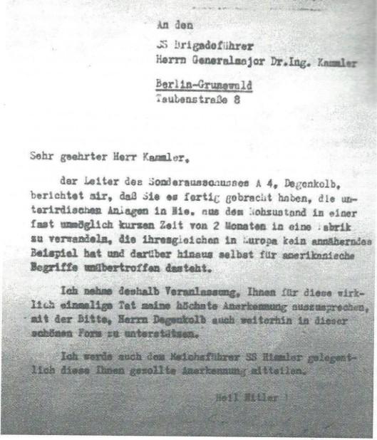 Brief aan SS-commandant van Dora dr.ir. generaalmajoor Kammler. Nadat het Duitse raketcentrum bij Peenemünde op het Oostzee-eiland Usedom doot de Britse Royal Air Force op 17 en 18 augustus was gebombardeerd, is de productie van Vergeldingswapens voortgezet in een onderaards werkkamp, genaamd Dora. Hier werd in barre omstandigheden gewerkt aan de V-1 (vliegende bom) en V-2 (raket) door gevangenen uit Buchenwald. Onder hen uit Heemstede Jan Oom die hier doodziek werd en uiteindelijk in Bergen-Belsen is overleden.