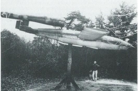 Een vliegende bom V-1 nabij de lanceerinrichting aan de Bekslaan in Vogelenzang