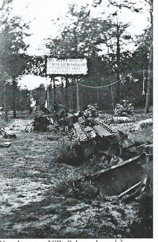 Ravange rond de villa Schapenkamp van de familie Quarles van Uffird in 1945. Op het bord heeft iemand de tekst geplaatst: 'Een moede schavuit vond dit monster uit. Wij hebben de strop, wie ruimt het voor ons op?' (Piet Apswoude).