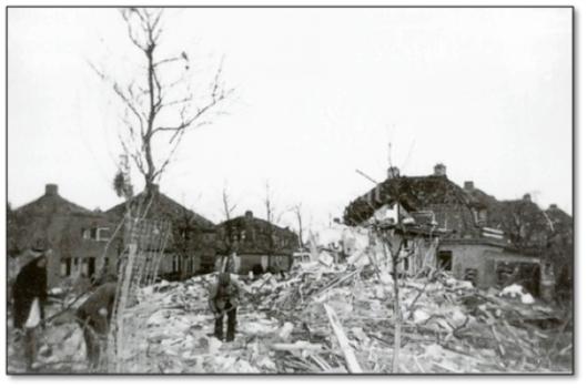 Ravage in Ede nadat op 27 december 1944 een V-1 insloeg, waarbij dodelijke slachtoffers vielen, zoals ook is voorgekomen in o.a. Waalwijk en Eindhoven.