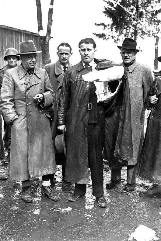 De verantwoordelijke personen voor de raketontwikkeling van het militair onderzoekcentrum in Peenemünde na hun arrestatie op 3 mei 1945 door Amerikaanse soldaten. Van links naar rechts: Walter Dornberger, Herbert Axter, Wernher von Braun en Hans Lichtenberg.