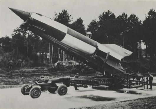 Voorbeeld van een V-2 raket op een mobiele lanceerinstallatie.