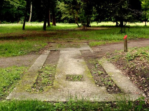 In Warmond ligt bij het landgoed Huys te Warmont het betonnen fundament van een lanceerplaats voor de V-1. Gebouwd begin 1945 zijn de Duitsers niet meer aan het gebruik toe gekomen. (foto Erwin van Dijk)