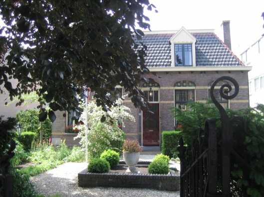 De Henricusschool, Sint Jozefschool en het Broederhuis zijn gesloopt maar de oorspronkelijke onderwijzerswoning aan de Herenweg overleefde (foto uit 2015)