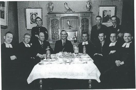 Jupp Henneböhl kort na de bevrijding op bezoek in het Broederhuis aan de Herenweg in Heemstede