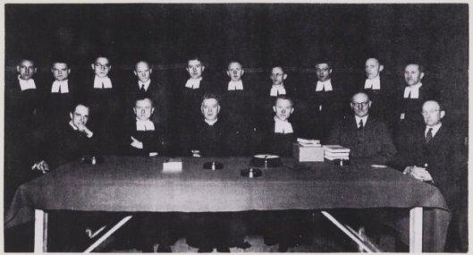 Foto gemaakt bij het 12,5 jarig bestaan van de Henricus-ulo aan de Herenweg, 1-3-1952. Midden vooraan zittend pastoor Chr.van Mierlo omringd door de Broeders-docenten.