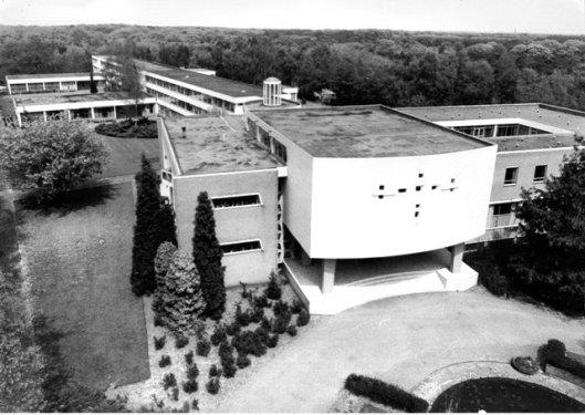Het voormalig internaat van De La Salle in Stevensbeek nabij Overloon. Bij gebrek aan leerlingen ges;oten in 1972, waaena het enige jaren fungeerde als vormings- en ontmoetingscentrum en in 1986 vond verbouwing plaats tot de penitentiaire inrichting 'Maashegge'. Naast het internaat stonden het klooster, gebouwd in 1936 en juvenaat, in 2009 gesloopt om plaats te maken voor een nieuwe school.