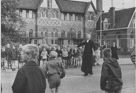 Verkeersles op een nog rustige Herenweg voor de Sint Jozedschool